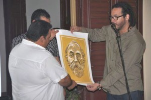 ICAP delegate in the territory, Raul Cardoso Cabrera (L), was presented with a poster-size image of Porto Rico leader Eugenio María de Hostos. (Photo: Vicente Brito)