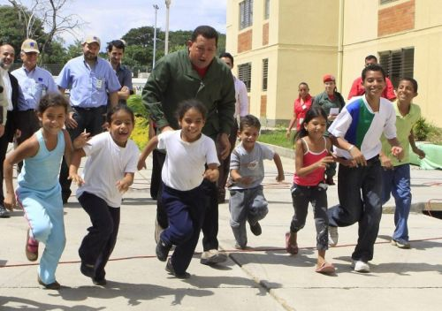 2009_chavez_with_kids_during_the_343_edition_of_his_program_alo_presidente_efe