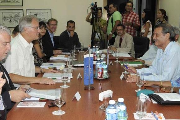 Abelardo Moreno (D), vicecanciller cubano, y Christian Leffler (I), director ejecutivo para las Américas del Servicio Europeo de Acción Exterior, conversan durante la realización de la quinta ronda de negociaciones para avanzar en la búsqueda de un Acuerdo de Diálogo Político y Cooperación, en la sede del Ministerio de Relaciones Exteriores (MINREX), en La Habana, Cuba, el 9 de septiembre de 2015.  AIN FOTO/Roberto MOREJÓN RODRÍGUEZ/