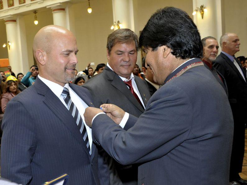 Evo Morales decorates Cuban Heroes. (Photo: Freddy Zarco)