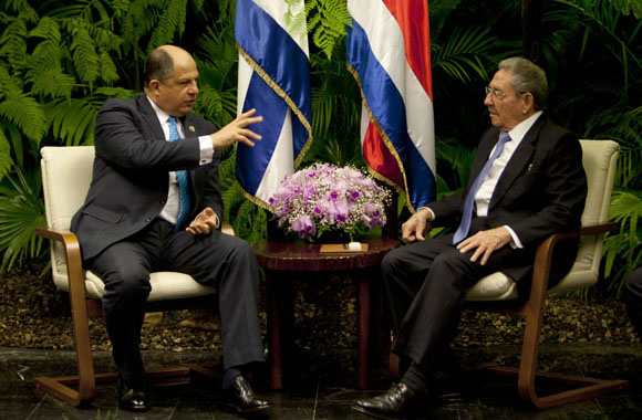 Raul Castro (R) and Luis Guillermo Solís. Photo: Ismael Francisco