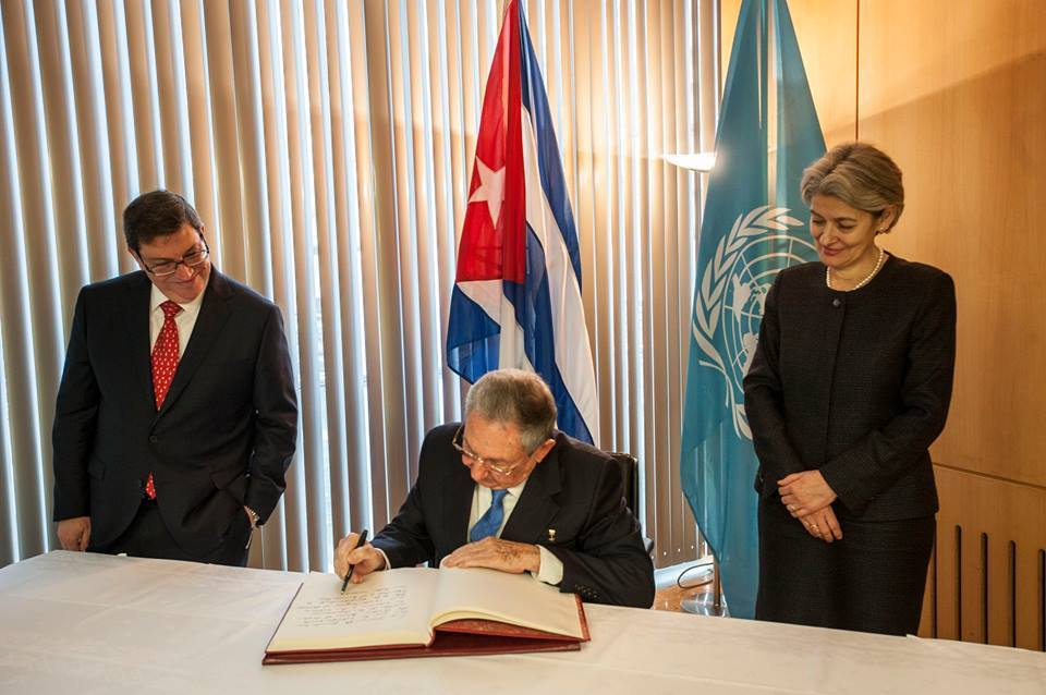 Raul Castro signed the UNESCO Golden Book. Photo taken from www.facebook.com/profile.php?id=100010959122047&fref=nf