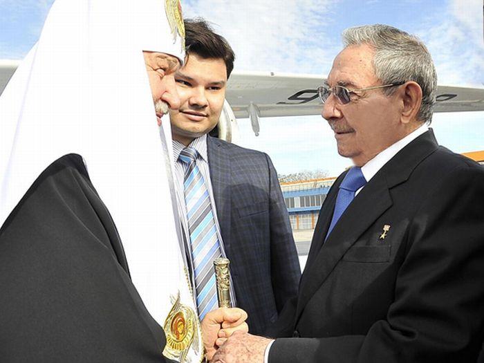 Raul Castro shakes hands with Kirill upon his arrival in Havana. Photo: Estudios Revolución