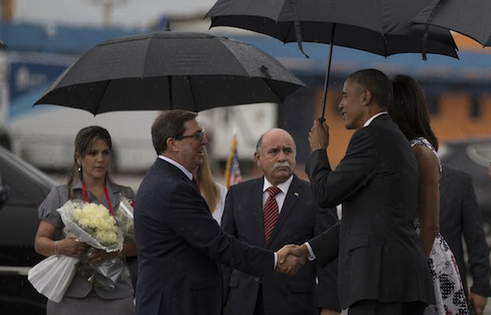 Cuban Foreign Minister welcomes US President Barack Obama upon arrival in Cuba. (Photo: Ismael Francisco)