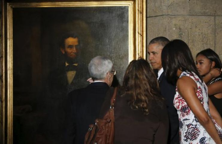 U.S. President Barack Obama views a portrait of former U.S. president Abraham Lincoln on a walking tour including the Museum of the City of Havana, in Havana. Photo Reuters