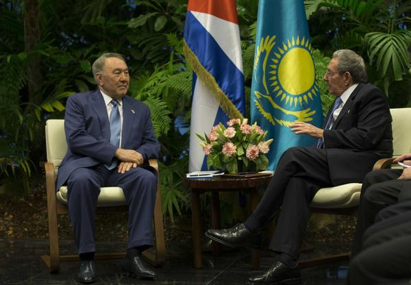 Cuba President Raul Castro Welcomes Kazakhstan Counterpart (Photo: ACN)