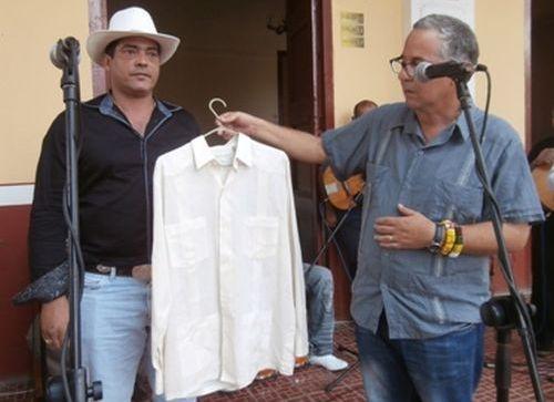 Alejandro Robaina's Shirt Presented to Sancti Spiritus Guayabera Collection. (Photo: Lisandra Gómez Guerra)