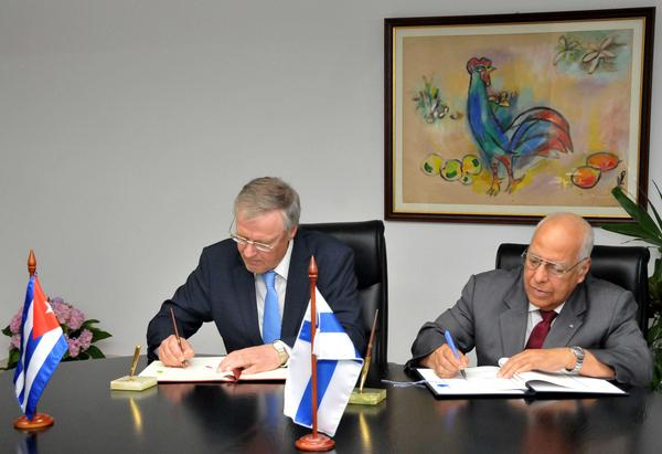 Ricardo Cabrisas and Finnish Under-secretary of State Pirkko Hamalainen penned an accord to restructure  the Cuban debt to Finland (Photo: ACN)