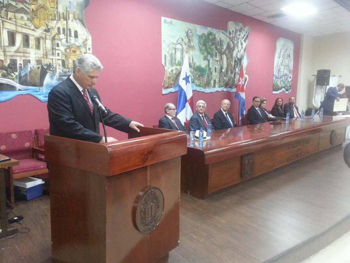Cuba President Awarded Honorary Prize in Panama (Photo taken from granma.cu)