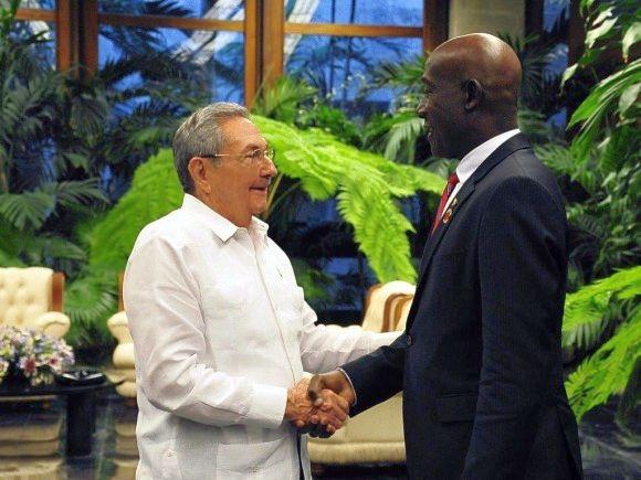 Raul Castro shakes hands with the Premier of Trinidad and Tobago Keith Christopher Rowley. (Photo: Estudios Revolución)