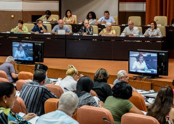 Elba Rosa Pérez Montoya (D), Ministra de Ciencia, Tecnología y Medio Ambiente (CITMA), durante su intervención en la Sesión Plenaria del Séptimo Período Ordinario de Sesiones de la Octava Legislatura de la Asamblea Nacional del Poder Popular (ANPP), con sede en el Palacio de Convenciones de La Habana, Cuba, el 7 de julio de 2016.     ACN  FOTO/ Abel PADRÓN PADILLA/ rrcc