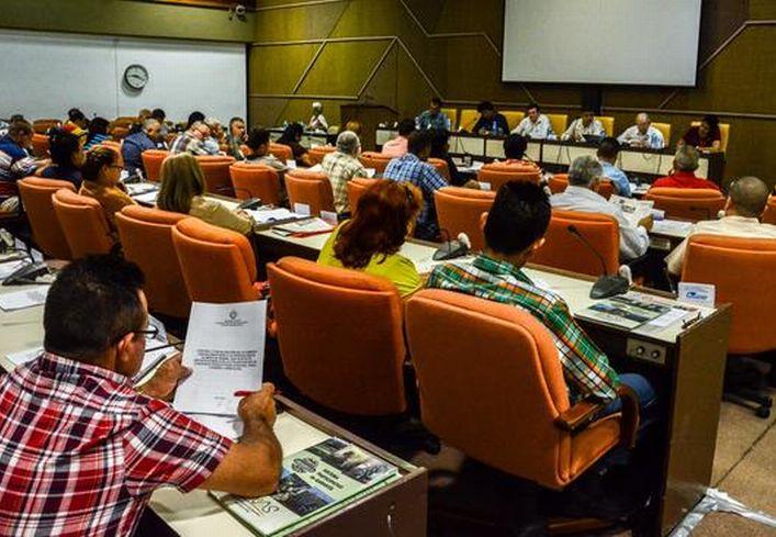 Debates en la Comisión Agroalimentaria del Séptimo Período Ordinario de Sesiones de la Octava Legislatura de la Asamblea Nacional del Poder Popular(ANPP), con sede en el Palacio de Convenciones de La Habana, Cuba, el 6 de julio de 2016.     ACN  FOTO/ Abel PADRÓN PADILLA/ rrcc