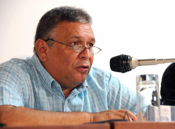 Marino Murillo Jorge, miembro del Buró Político del Partido Comunista de Cuba y Ministro de Economía y Planificación, interviene durante el desarrollo de los debates en la Comisión Asuntos Económicos, correspondiente al Séptimo Período Ordinario de Sesiones de la Octava Legislatura de la Asamblea Nacional del Poder Popular de Cuba (ANPP), con sede en el Palacio de Convenciones de La Habana, el 4 de julio de 2016.  ACN FOTO/Omara GARCÍA MEDEROS/rrcc