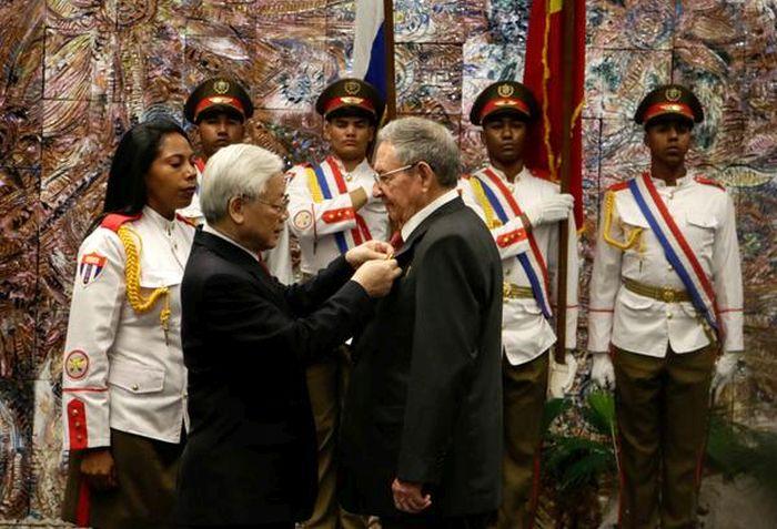 Cuba President Raul Castro receives Vietnamese Golden Star Order.