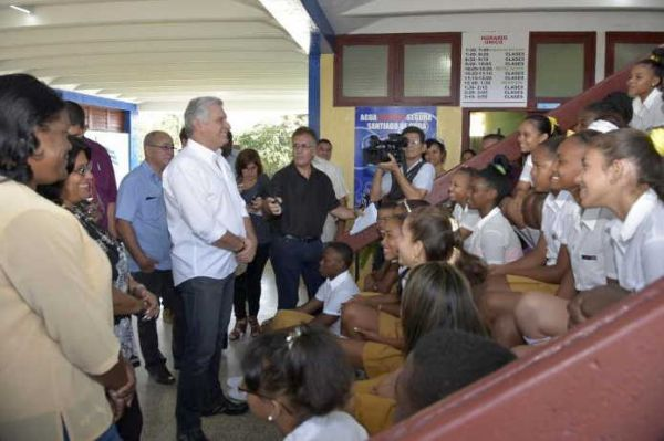 DIAZ CANEL WITH STUDENTS