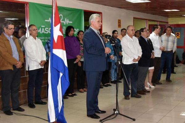 Díaz-Canel with Cuban doctors