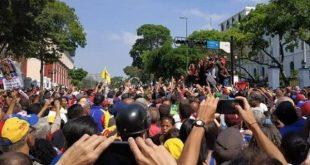 venezuela_miraflores_palace_people_gather_against_coup
