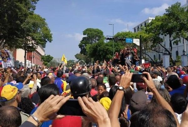venezuela_miraflores_palace_people_gather_against_coup