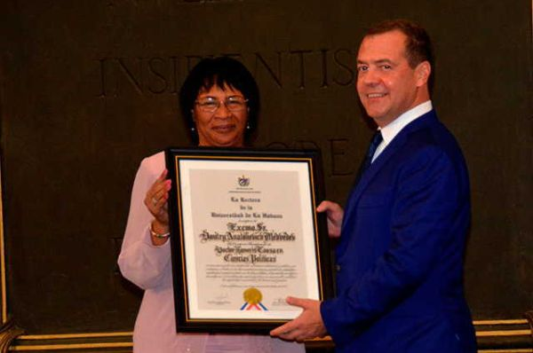 Miriam Nicado, rector of the University of Havana, when handing over the Honoris Causa Title to Russian Prime Minister Dmitri Medvedev