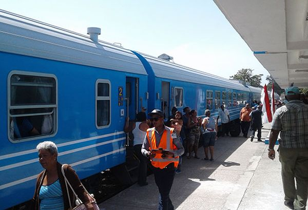 Passengers boarding a train on its way to Cuban eastern provinces.
