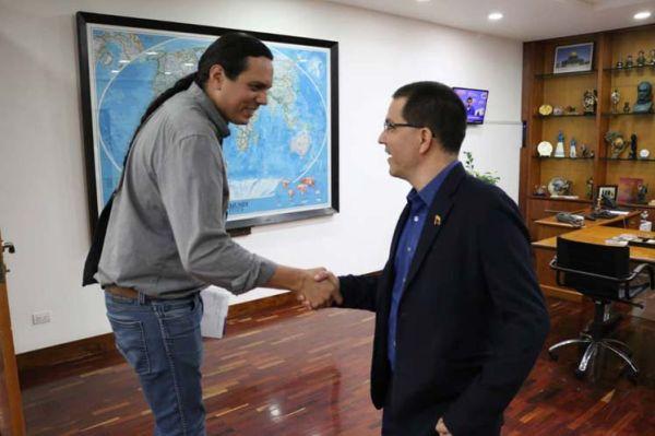 Jorge Arreaza holds hands with Professor Nick Estes.