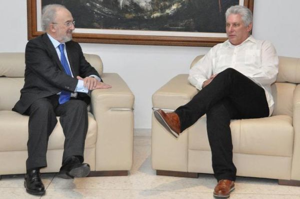 President Miguel Diaz-Canel (R) and Director of the Royal Spanish Academy Santiago Muñoz.