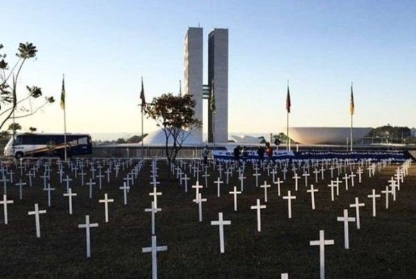 A thousand crosses in front of Congress remind Bolsonaro of the victims of COVID-19