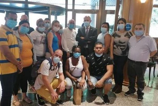 Martínez Benazet with the members of the Cuban health brigade