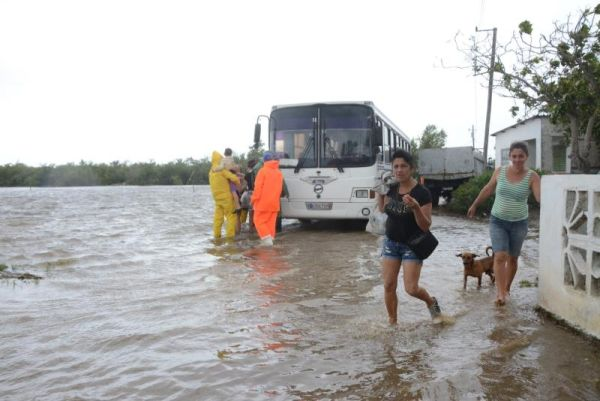 evacuation of people in tunas de zaza, sancti spiritus, cuba