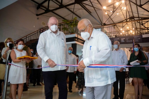 Cuban Minister of Foreign Trade and Foreign Investment Rodrigo Malmierca Diaz (L) and Deputy Prime Minister Ricardo Cabrisas during the ribbon cutting ceremony. (Photo: ACN).