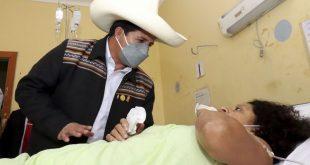 peru-president-with-sismo-victim