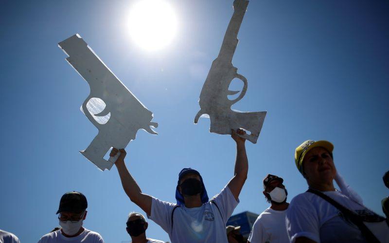 machine guns and pistols are symbols among Bolsonaro supporters
